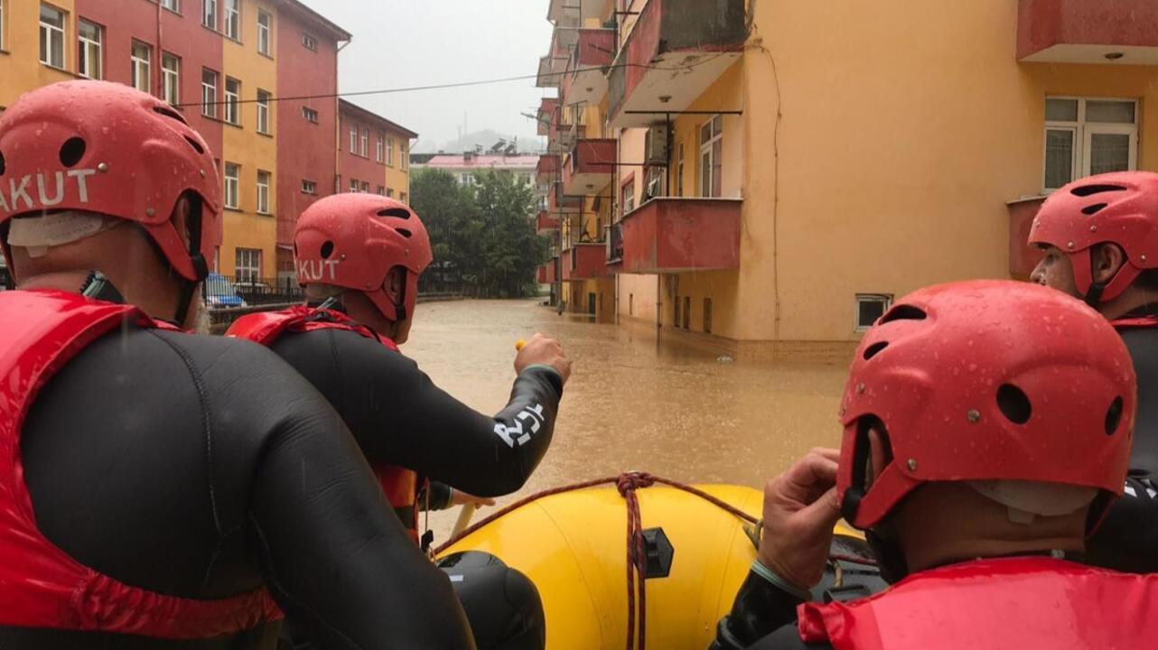 Artvin'de sel felaketinde mahsur kalan vatandaşlar botlarla kurtarılıyor
