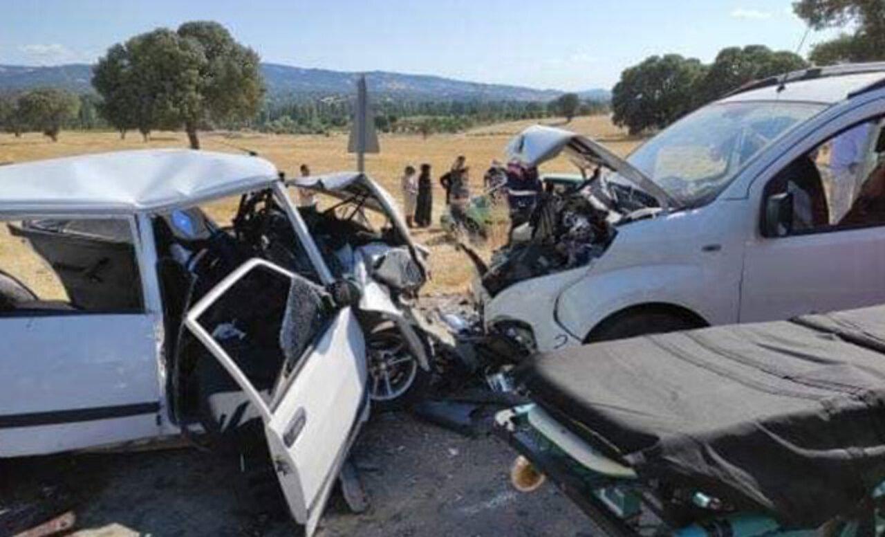 Kütahya'da hafif ticari araç ile otomobil kafa kafaya çarpıştı: 1 ölü, 6 yaralı