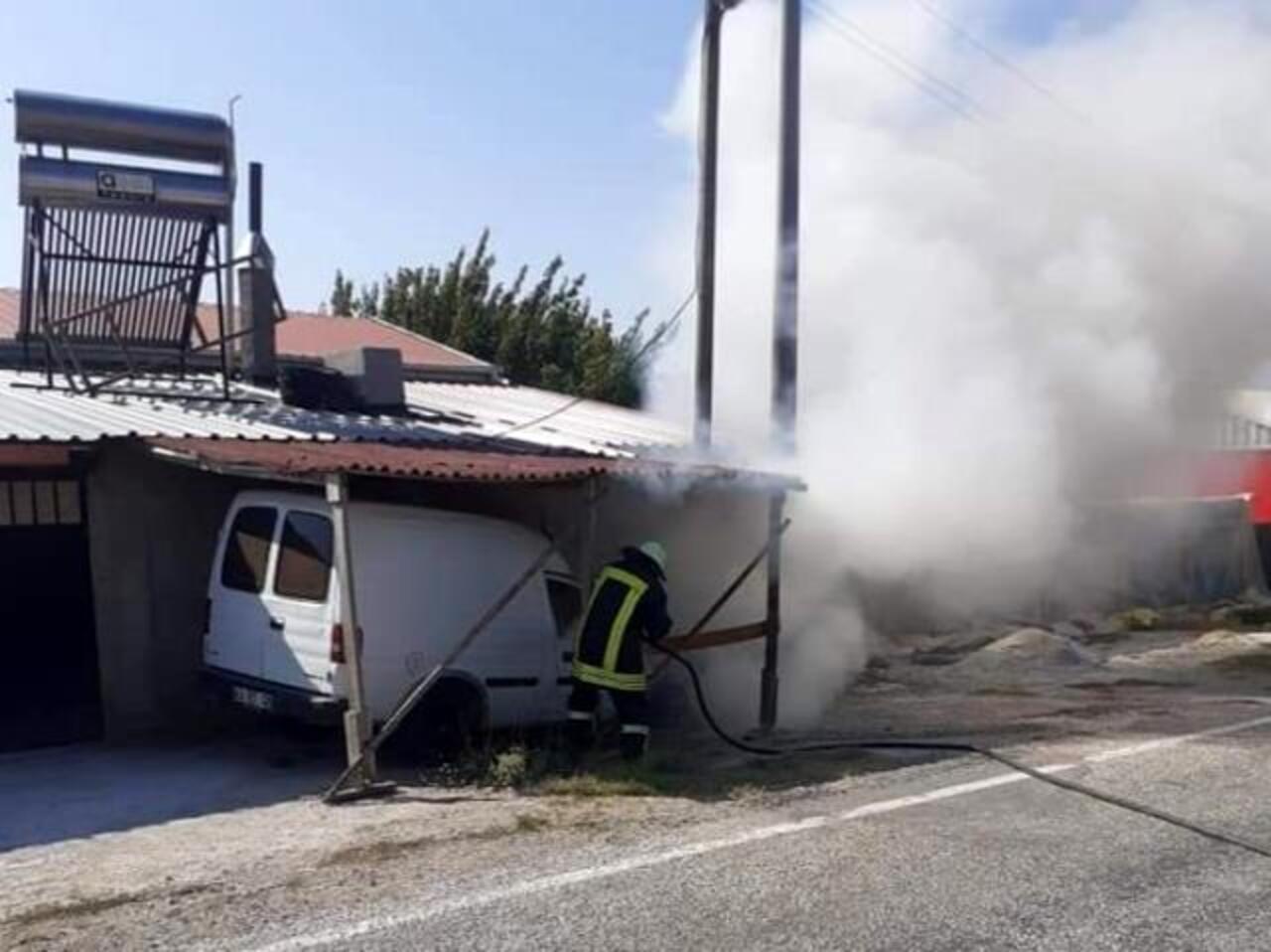 Kütahya'da park halindeki hafif ticari araç yandı