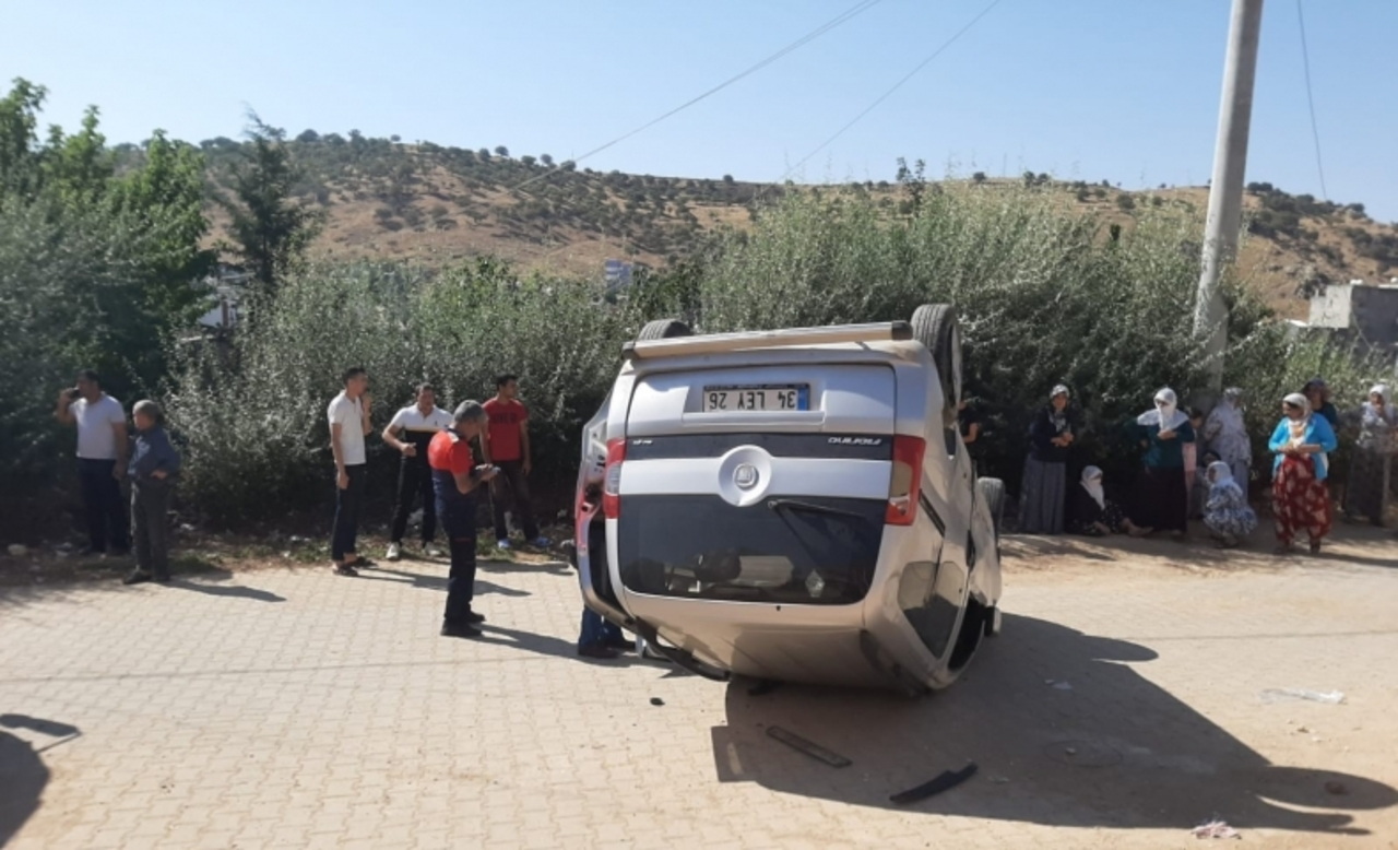 Mardin'de yokuş aşağı inen hafif ticari araç takla attı: 1 yaralı