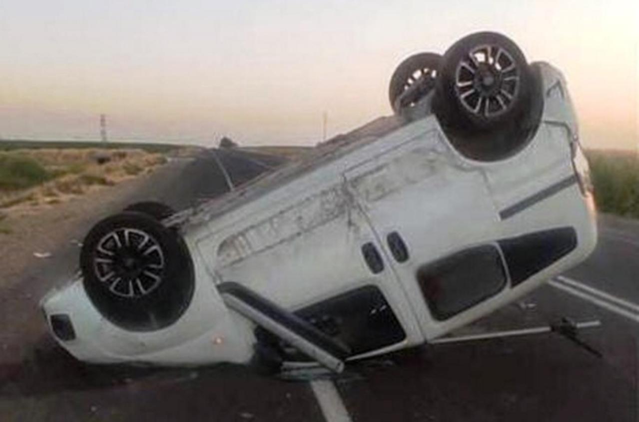 Şanlıurfa'da takla atan hafif ticari aracın sürücüsü kazadan burnu bile kanamadan kurtuldu