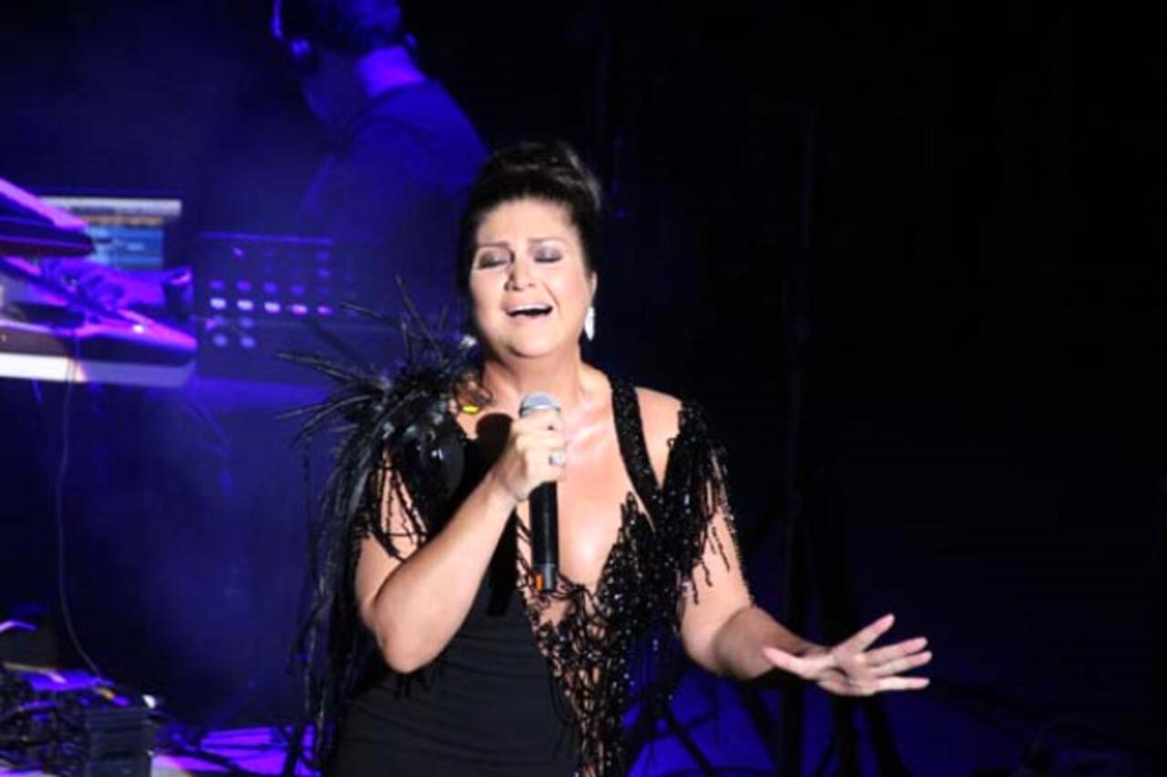 Sibel Can'ın Bodrum konserinde elbisesinin üzeri açıldı