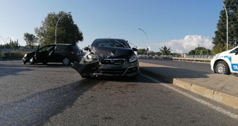 Kocaeli'nde iki otomobil çarpıştı: 1 yaralı
