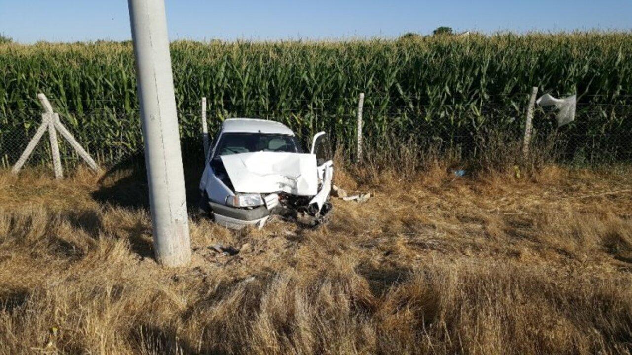 Karaman'da kontrolden çıkan otomobil direğe çarptı: 2 yaralı