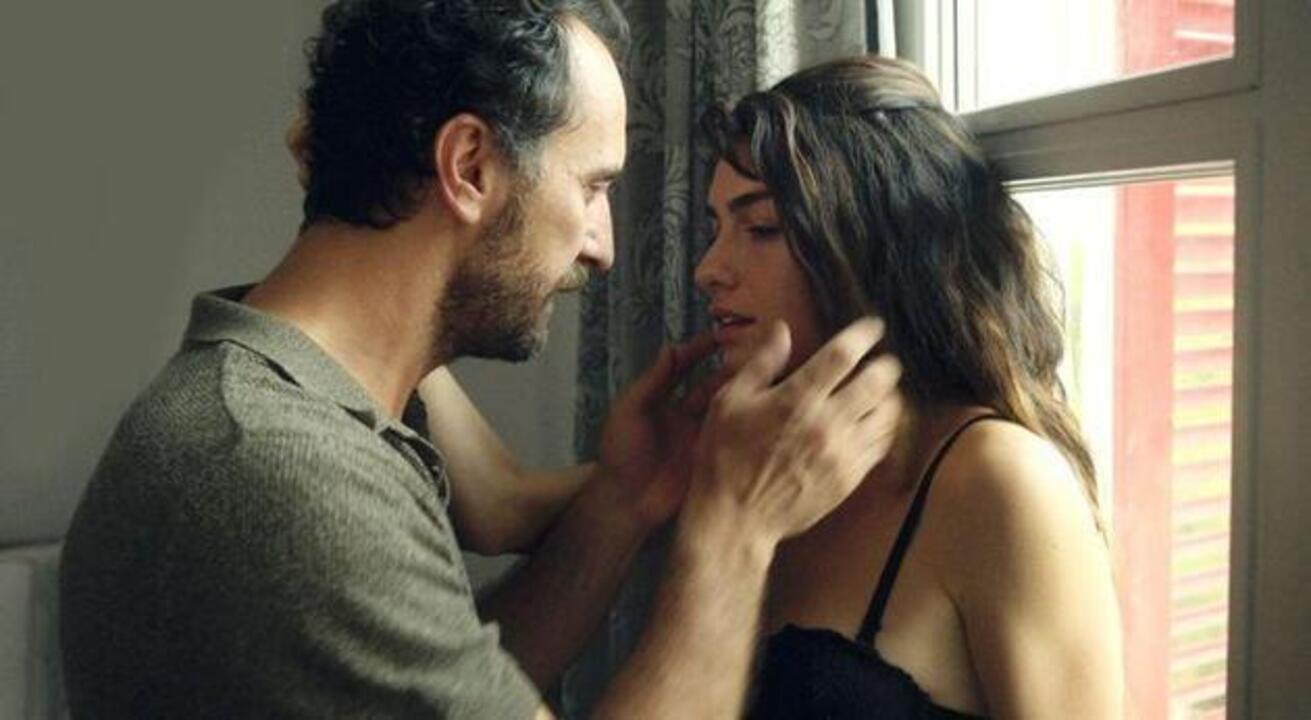 Saklı dizisinde Hazar Ergüçlü'nün çıplak sahneleri gündem oldu
