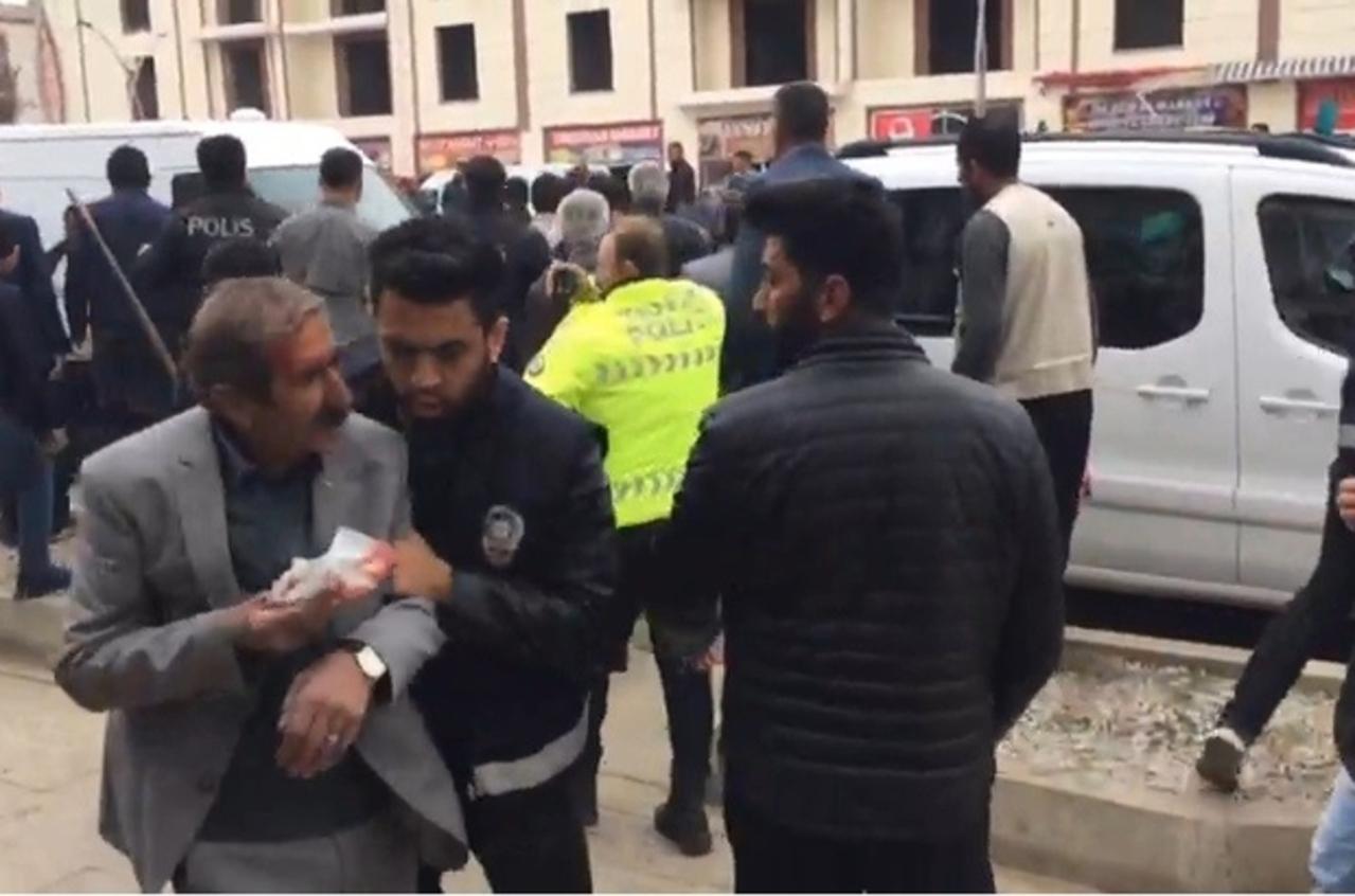 Van'da iki grup arasında taşlı sopalı kavga çıktı: 3 yaralı
