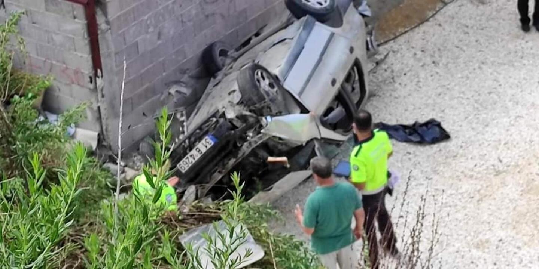 Hatay'da otomobil ev bahçesine düştü: 3 yaralı