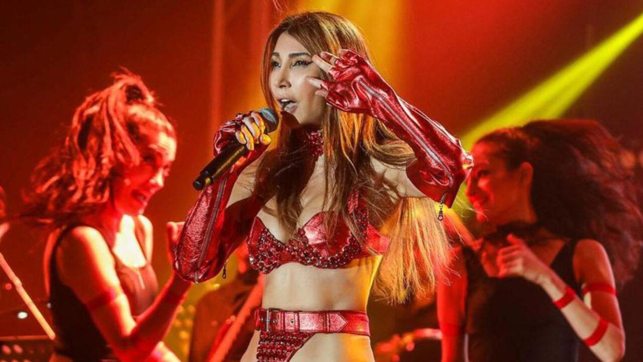 Hande Yener deri kırmızı kıyafetiyle Belarus'u salladı
