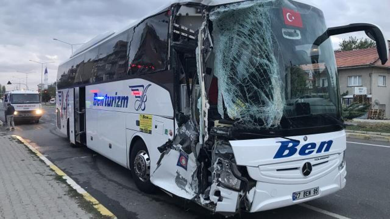 Uşak'ta yolcu otobüsü ile minibüs çarpıştı: 3 yaralı